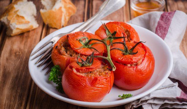 Запечённые помидоры, фаршированные мясом и рисом