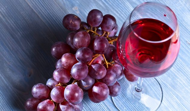 Полусладкое вино из чёрного или красного винограда