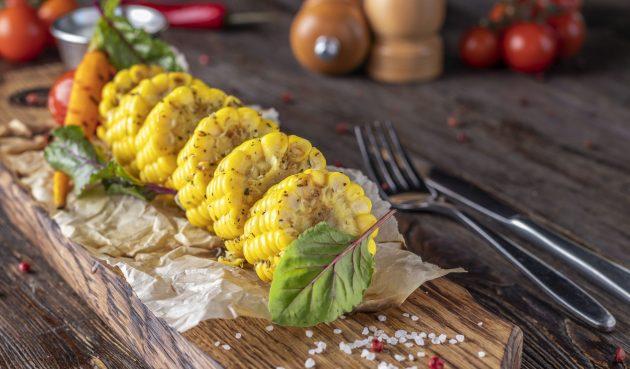 Кукуруза, запечённая с итальянскими травами в духовке