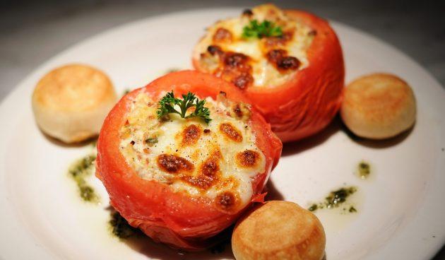 Фаршированные помидоры с сыром и крабовыми палочками