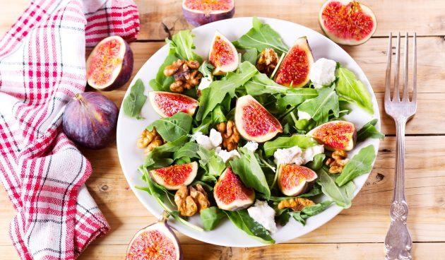 Салат с инжиром, грецкими орехами и козьим сыром