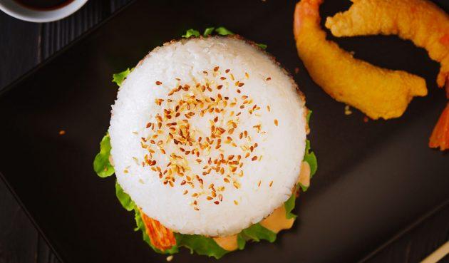 Рисовый бургер с креветками темпура