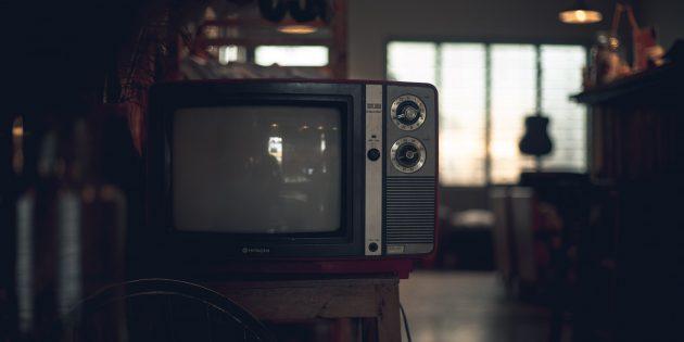 Сидеть близко к телевизору вредно для здоровья