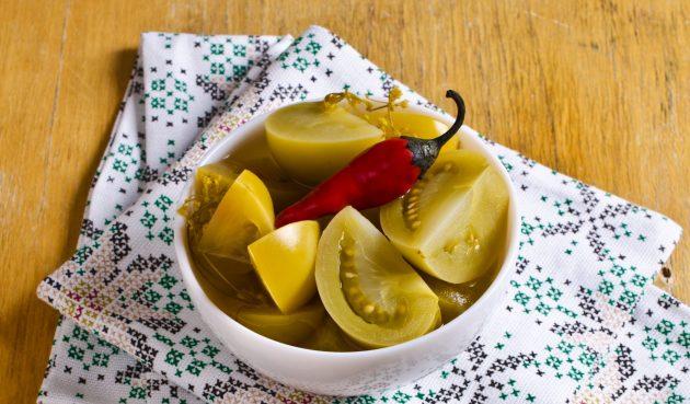 Зелёные помидоры с чесноком и зеленью на зиму
