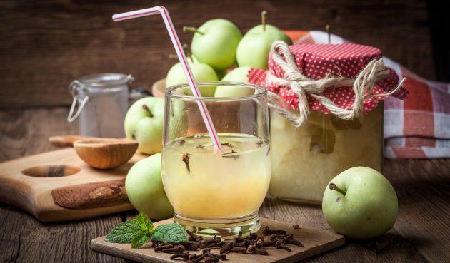 Компот из яблок с корицей, гвоздикой и бадьяном