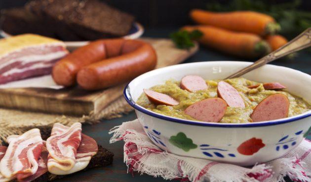 Голландский гороховый суп «Снерт» с грудинкой и колбасой