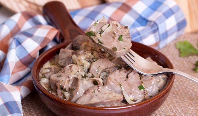 Свиной язык, запечённый в сметанном соусе в духовке