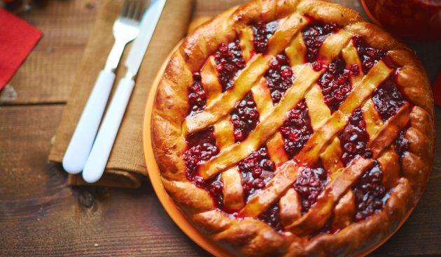 Пирог с яблоками и брусникой из дрожжевого теста