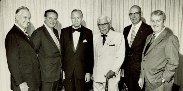 Полковник Сандерс (в белом) с другими владельцами ресторанов и отелей