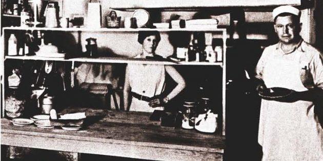 Успех после 30: Харлэнд Сандерс в своём кафе в Корбине