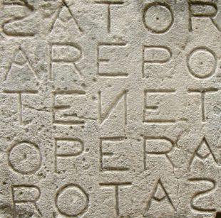 Фрагмент стены старого города коммуны Оппед во Франции