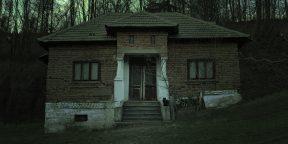 Американка снимала на видео заброшенный дом, но не заметила в окне чьё-то лицо. На него указали подписчики