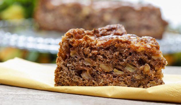Простой яблочный пирог с корицей и мускатным орехом