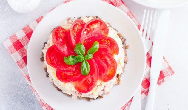 Салат с копчёной курицей, помидорами и грибами