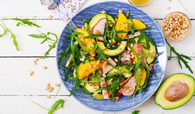 Салат с копчёной курицей, манго и авокадо