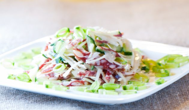 Салат с капустой и копчёной колбасой