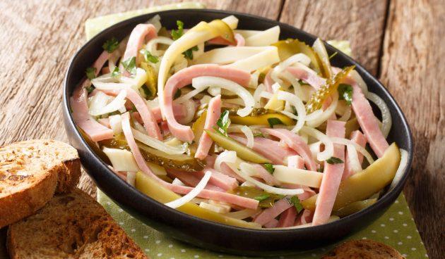 Салат с колбасой и маринованными огурцами