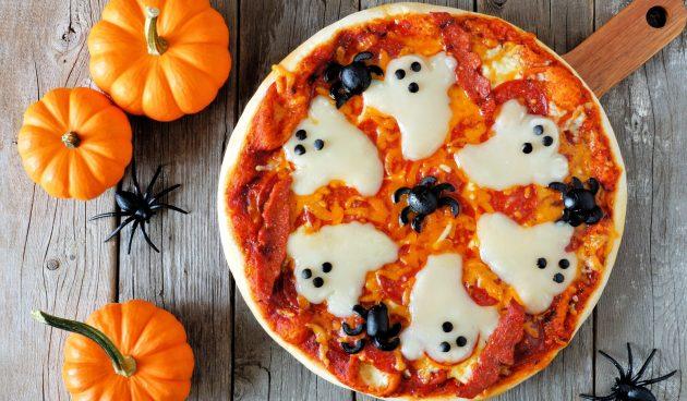Пицца с сырными привидениями на Хеллоуин