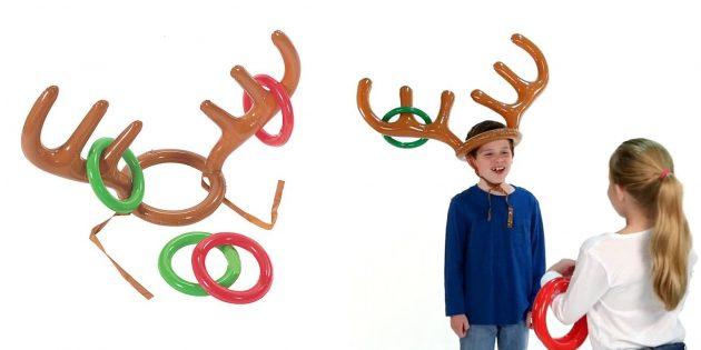 новогодние товары: игра с надувными рогами и кольцами