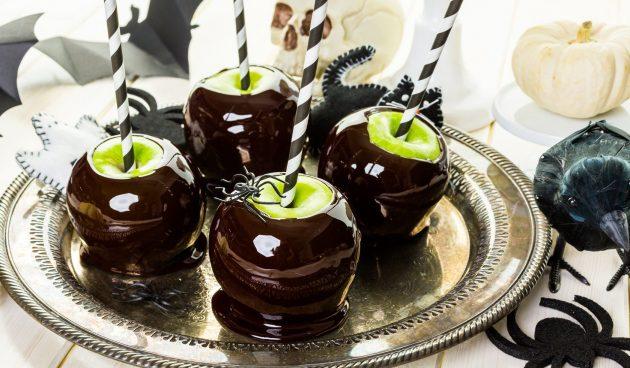 «Отравленные» яблоки в карамели на Хеллоуин