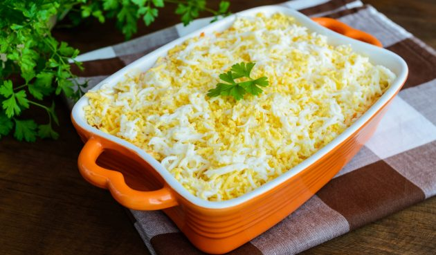 Печёночный салат с яйцом и луком