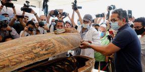 В Египте обнаружили 59 нетронутых саркофагов с мумиями. Один из них вскрыли