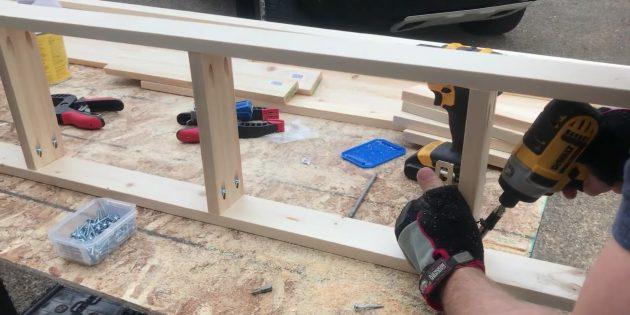 Как сделать стеллаж своими руками: скрепите элементы боковых стоек друг с другом