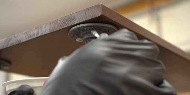 Как сделать стеллаж своими руками: прикрепите верхнюю полку