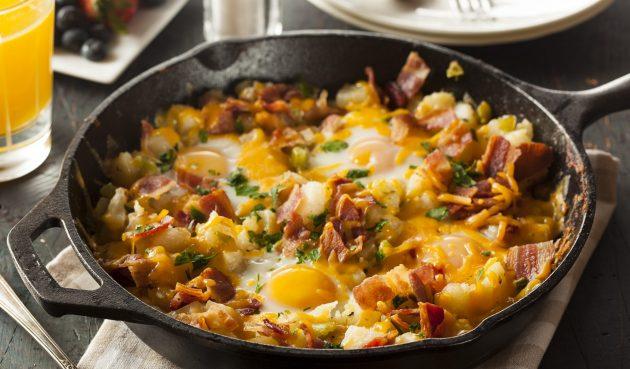 Яичница с беконом, картофелем и сыром