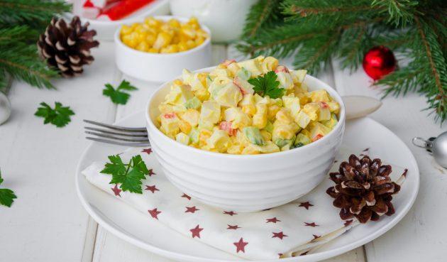 Салат с крабовыми палочками, огурцами и кукурузой