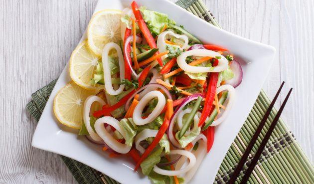 Простой салат с кальмарами и овощами