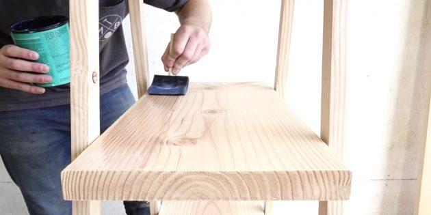 Покройте стеллаж лаком для дерева