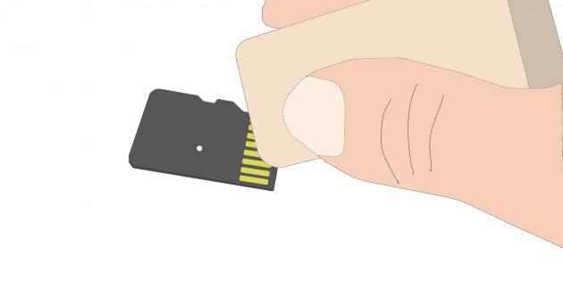 Что делать, если телефон не видит карту памяти: с помощью обычного ластика аккуратно протрите жёлтые полоски с обратной стороны карты