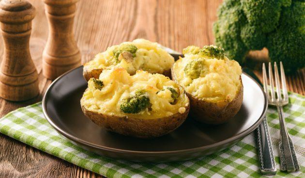 Картошка, запечённая в духовке с брокколи и сыром