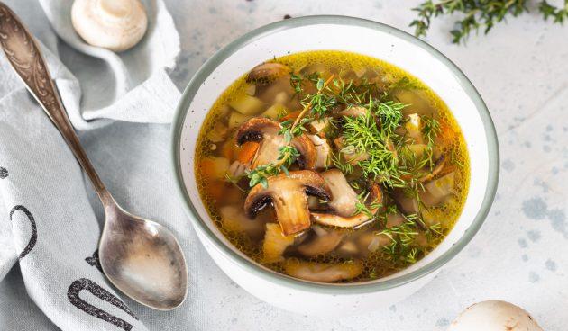 Простой грибной суп с перловкой
