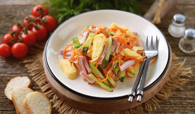 Салат с корейской морковью, яичными блинчиками и ветчиной