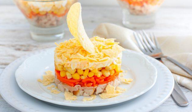 Салат с копчёной курицей, корейской морковью и чипсами