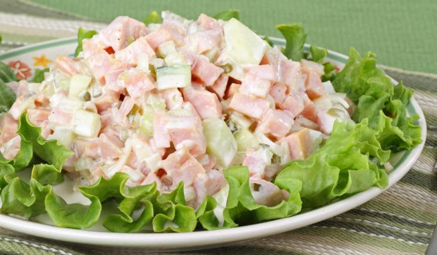 Салат с ветчиной, сельдереем и яйцами