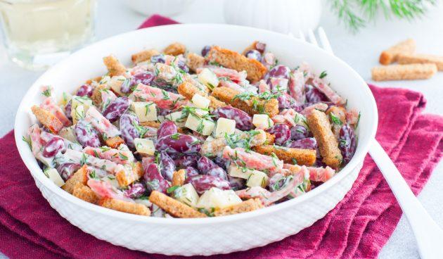 Салат с фасолью, копчёной колбасой и сухариками