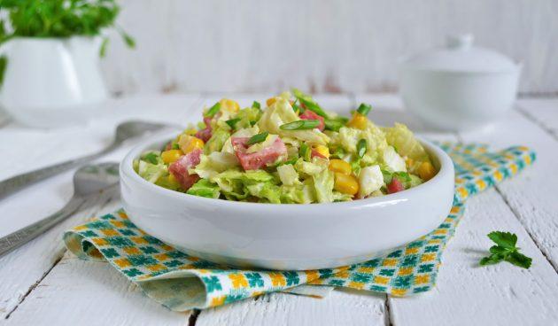 Салат с капустой, ветчиной и кукурузой