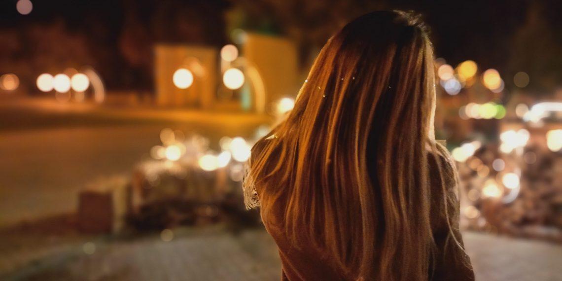 Крутые идеи для фото: ночное фото со спины