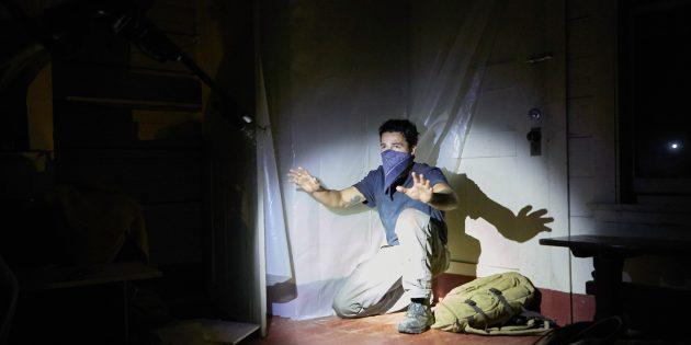 Кадр из американского фильма ужасов «Оно приходит ночью»