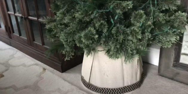 Как украсить подставку для ёлки своими руками: в виде основания, покрытого тканью