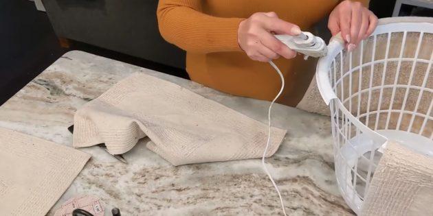 Как украсить подставку для ёлки: приклейте ткань