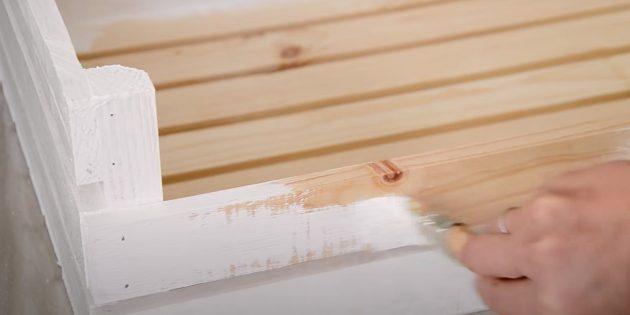 Как сделать лежанку для собаки: покрасьте ящик