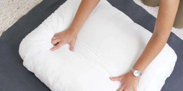 Сложите ткань и подушку