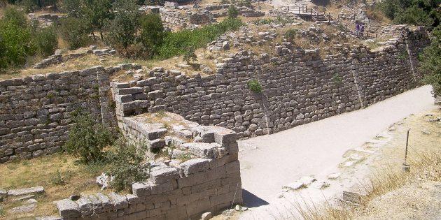 Древняя Греция: стены Трои, раскопанные археологами