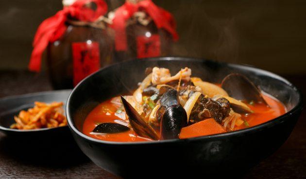 Корейский острый суп с лапшой и морепродуктами