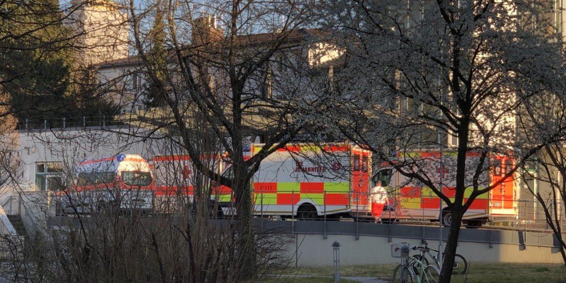 Четыре машины скорой помощи перед приёмным покоем больницы
