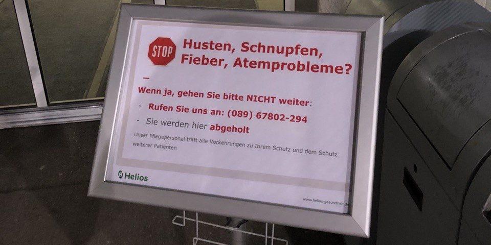 Коронавирус в Германии: табличка на входе в больницу